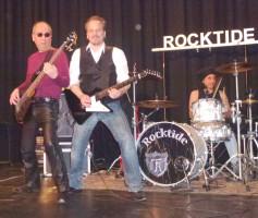 """Die Coverband """"Rocktide"""" heizte kräftig ein."""
